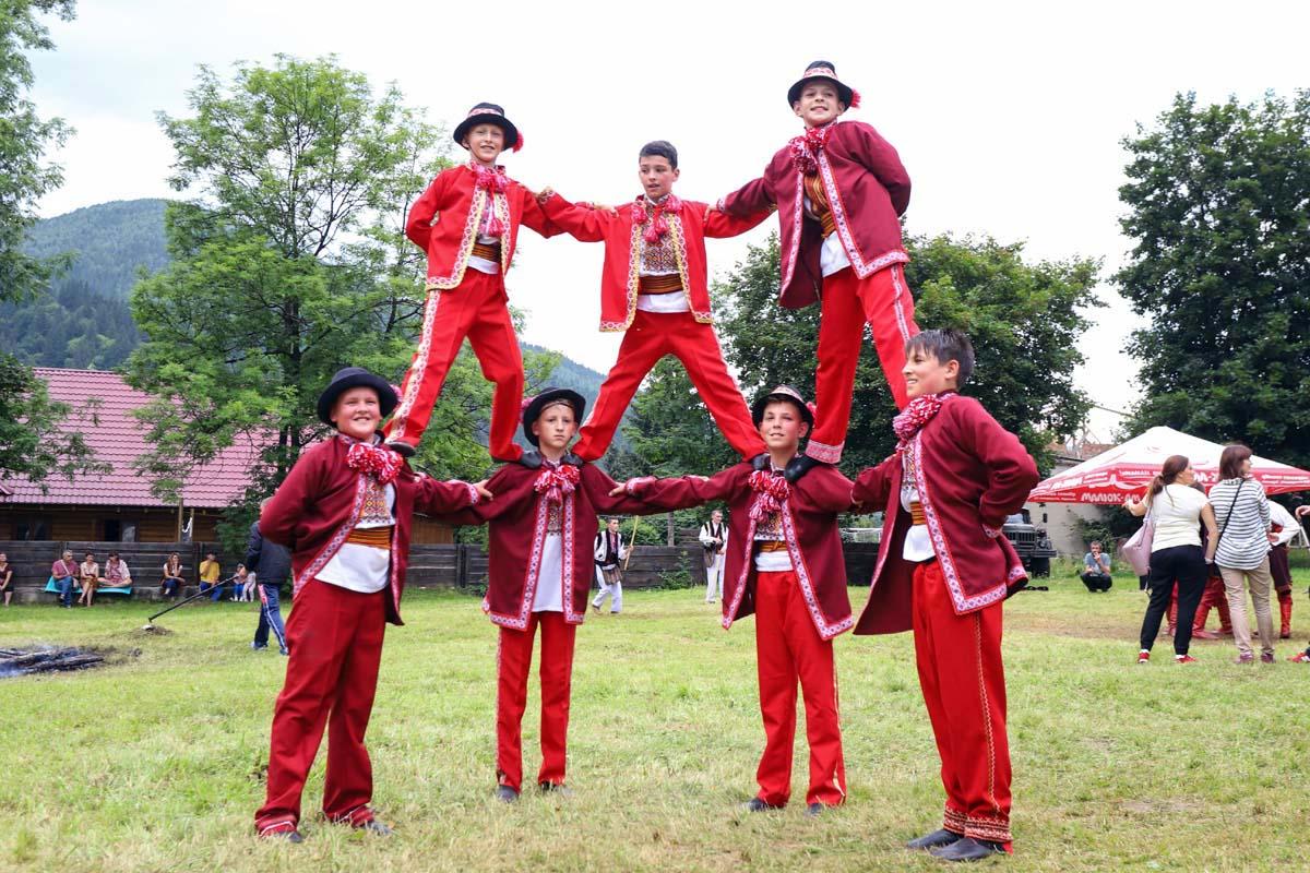 Опришки на гуцульском фестивале фото